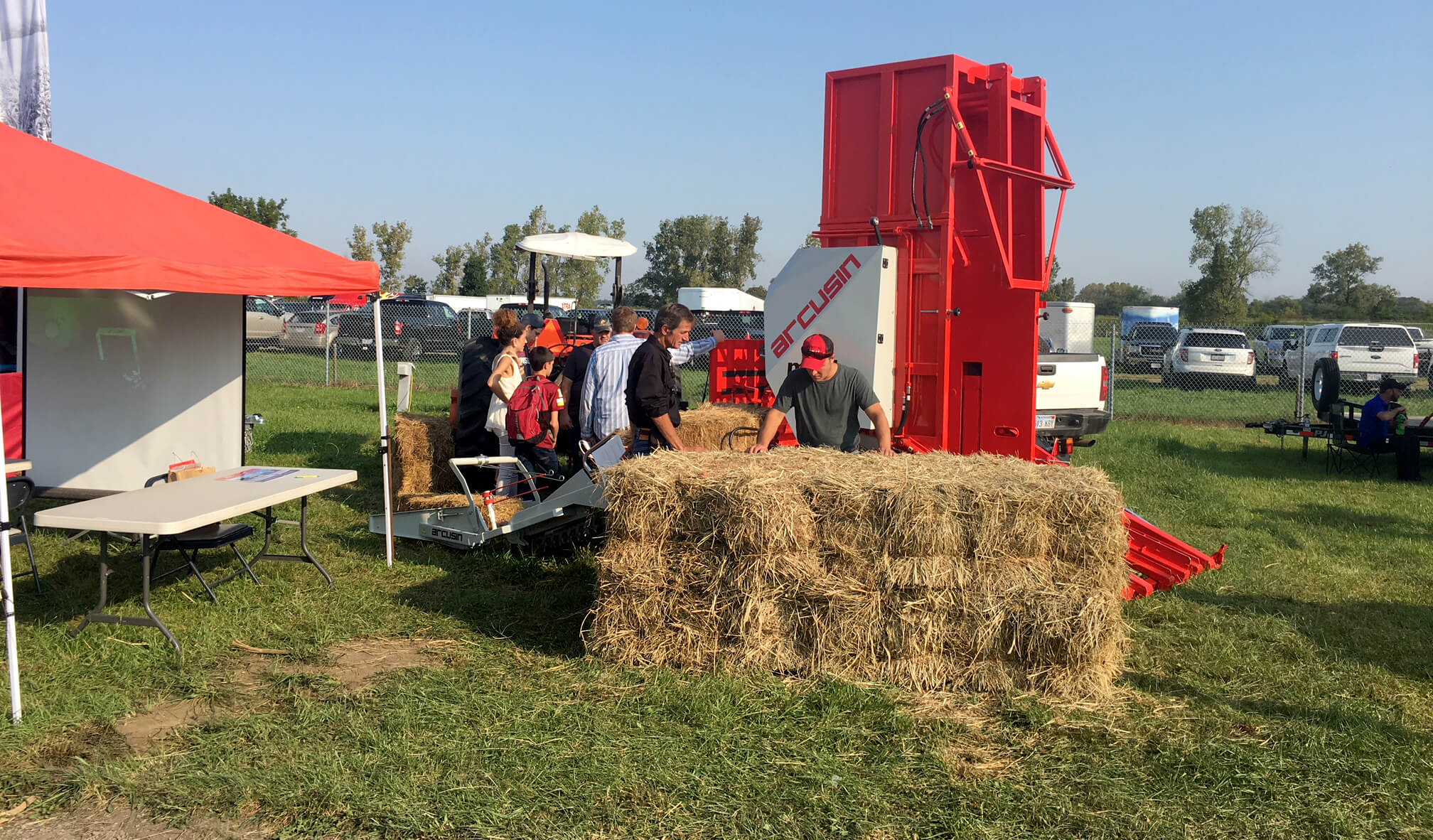 Agrupador de pacas Arcusin en la feria Farm Science Review en Ohio